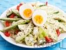 Рецепта Зелена салата айсберг с яйца, авокадо и червени чушки и краставица